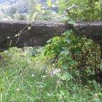 """dolce vita - alte Mauer, Blick auf den Fluss """"Brenno"""""""
